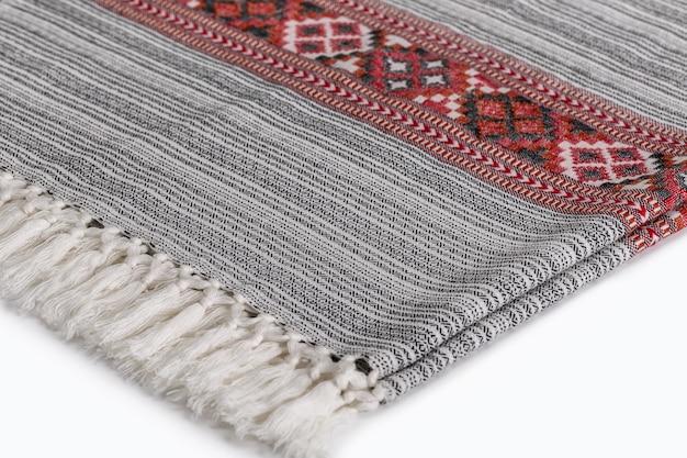 Warme plaids / stolen mit einem muster auf weiß. zubehör für kaltes wetter aus naturmaterial.