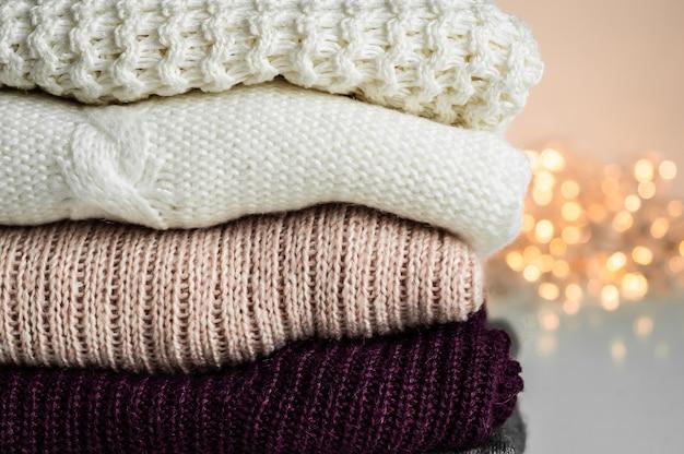 Warme pullover. stapel gestrickter kleidung, pullover, strickwaren, herbst-winter-konzept.