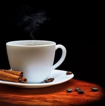 Warme tasse kaffee auf schwarz