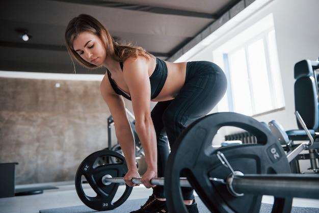 Warme temperatur. foto der herrlichen blonden frau im fitnessstudio zu ihrer wochenendzeit