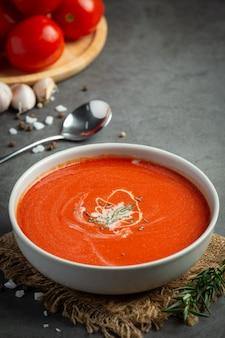 Warme tomatensuppe in einer schüssel servieren