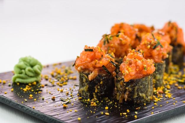 Warme und gebratene sushi und brötchen mit meeresfrüchten, gemüse, frischkäse