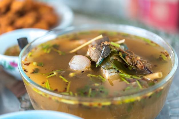 Warme und saure meeresfrüchte-suppe (tom yum)
