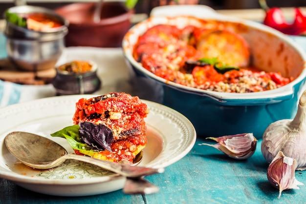 Warme vegetarische ratatouille aus auberginen, kürbis, tomaten und zwiebeln.