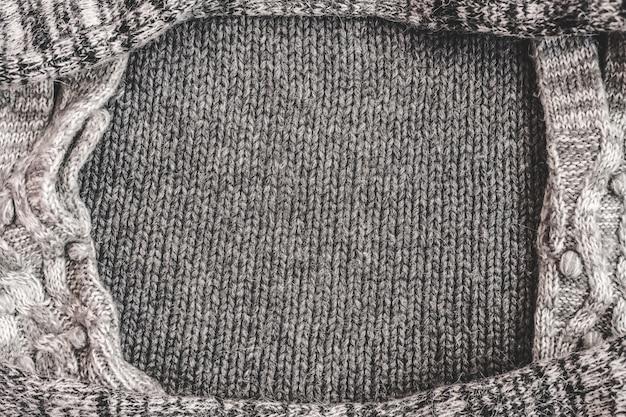 Warme weibliche graue wollrahmenstruktur gestrickter hintergrund. flache lage, draufsicht modekonzept.