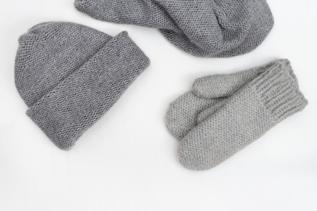 Warme winterdamenbekleidung, strickhandschuhe, strickmütze, strickschal.