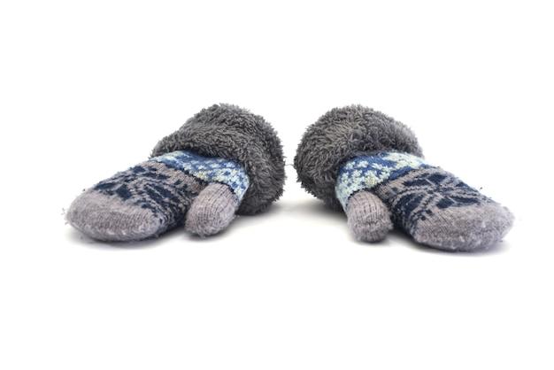 Warme winterhandschuhe lokalisiert auf weißem hintergrund.