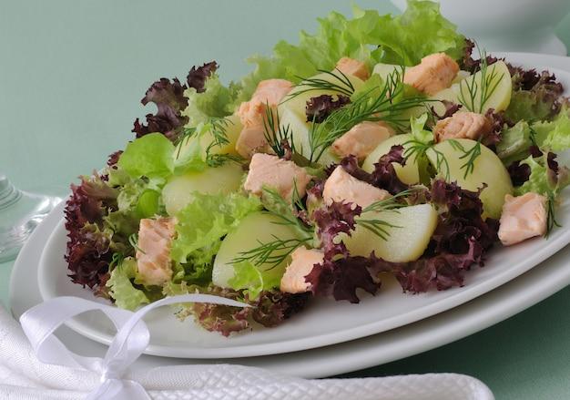 Warmer kartoffelsalat mit lachssalat und sauersauce