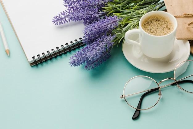 Warmer morgenkaffee mit lavendel blüht hohe ansicht