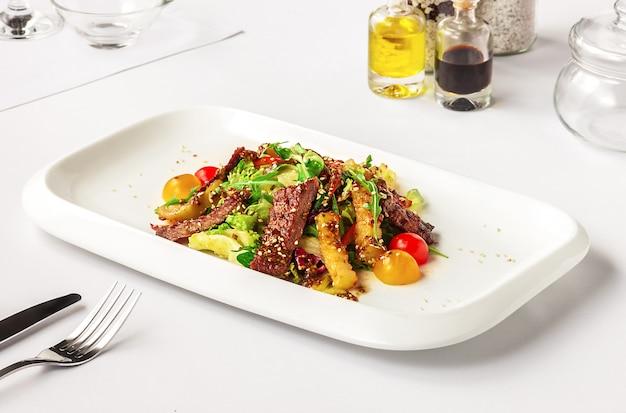 Warmer salat mit rindfleisch