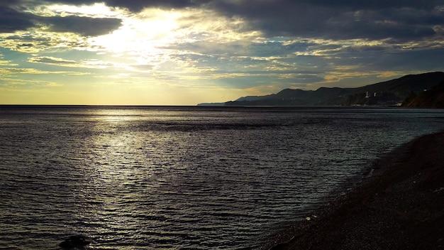 Warmer sonnenuntergang am meer