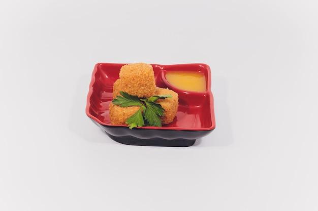 Warmer toast mit geschmolzenem mozzarellakäse auf einer weißen platte.