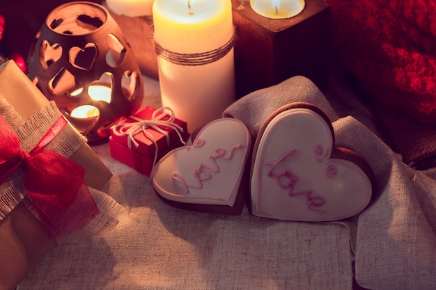 Warmer und gemütlicher winter mit kerzen, geschenken und ingwerschnaps