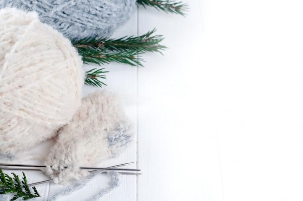 Warmer wollfaden und strickspeichen