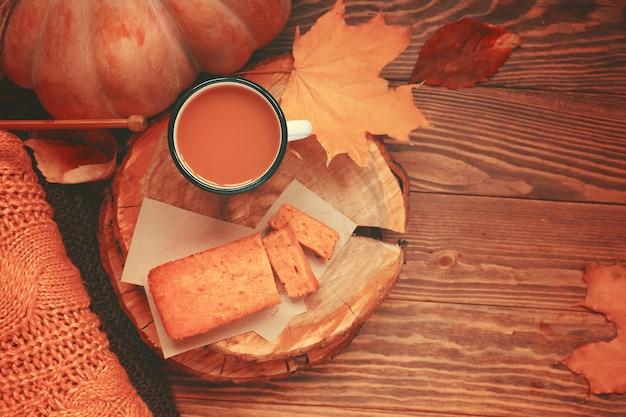 Warmes herbstfoto für karten und einladungen zu weihnachten und thanksgiving kürbissaft und kuchen auf ...