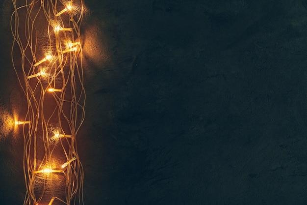 Warmes licht beleuchtete girlande hautnah auf dunklem hintergrund