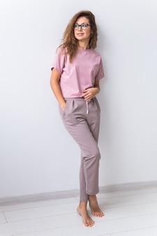 Warmrosa kit für homewear. weiches baumwoll-t-shirt und hose. bequeme kleidung für gesunden schlaf