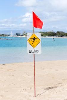 Warnendes quallenzeichen am strand
