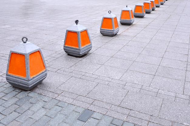 Warnkegel über das verbot, die orange farbe auf dem bürgersteig einzugeben.