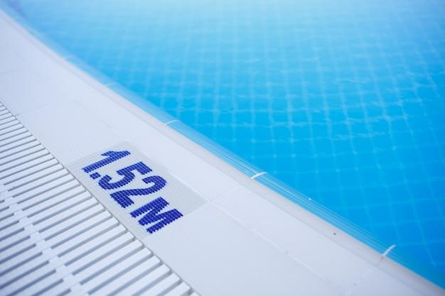 Warnschild für schwimmbeckentiefe 1,52 m für erwachsene an der seite angegeben