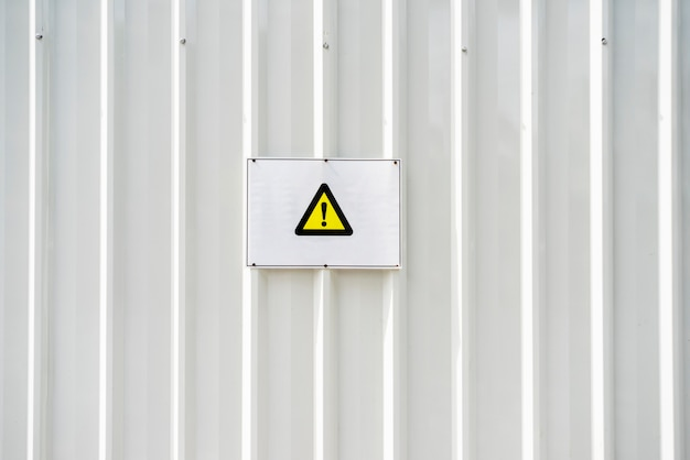 Warnzeichen achtung auf einem bürgersteig