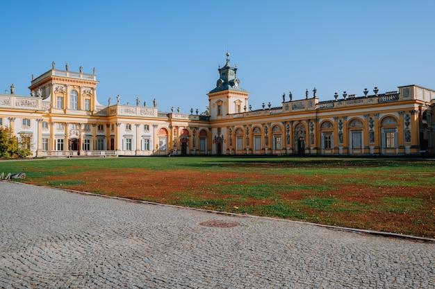 Warschau, polen - 14. oktober 2019: hauptfassade des königlichen wilanow-palastes