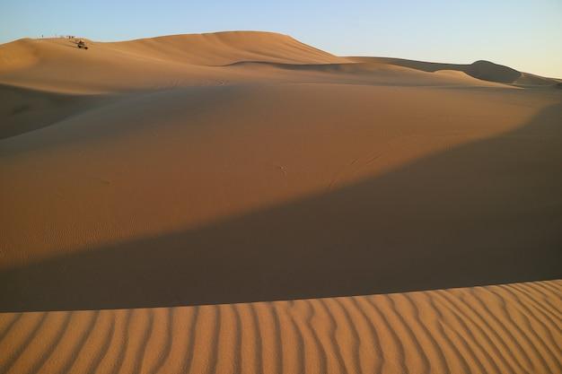 Warten auf den sonnenuntergang auf der riesigen sanddüne von huacachina