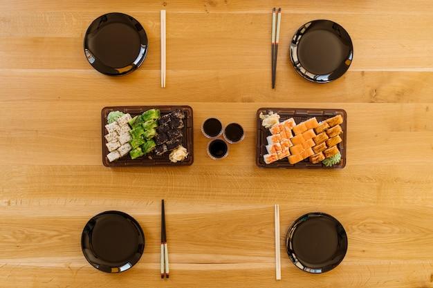 Warten auf freunde mit sushi-rollen
