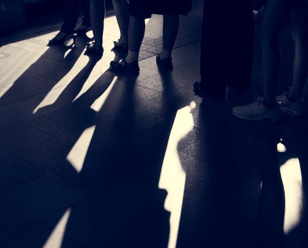 Warteschlangen-warteschlange, die stehende überfüllte gruppe wartet