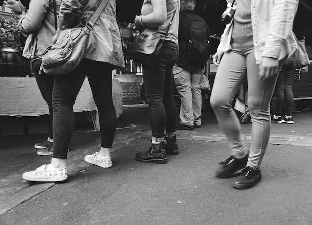 Warteschlangenposition casual crowd group round