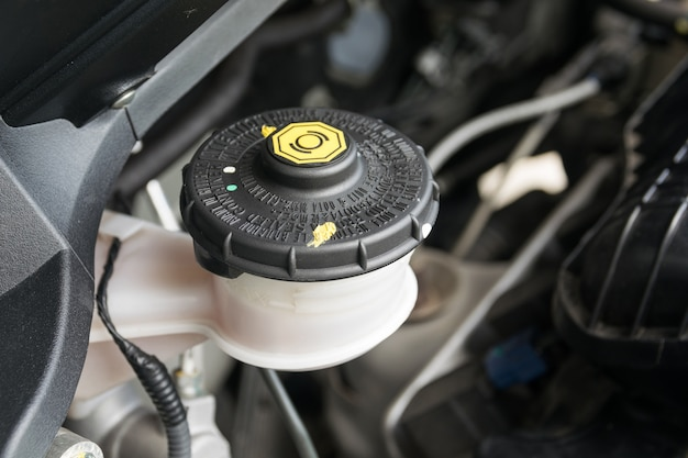 Wartung des fahrzeugs, prüfen sie das niveau der brems- und kupplungsflüssigkeit