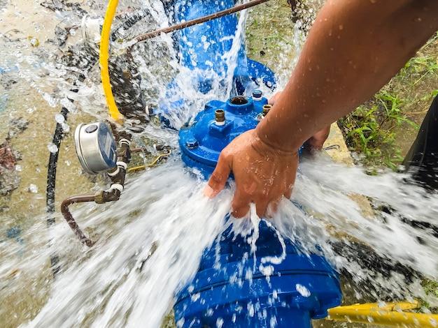Wartung eines druckminderventils in der wasseraufbereitungsanlage von thailand.