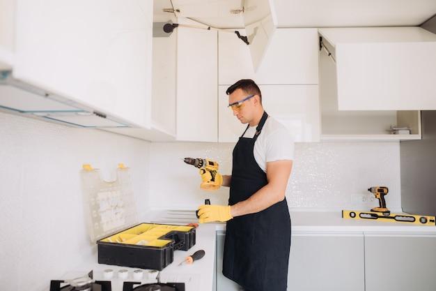 Wartungsmann, der küchenmöbel installiert