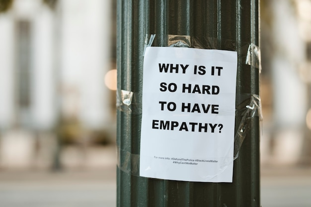 Warum ist es so schwer, empathie zu haben, flyer an einer stange in der innenstadt von los angeles. 1. juli 2020, los angeles, usa