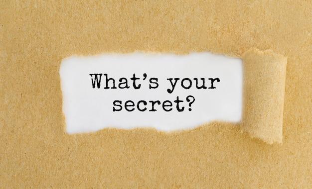 Was ist dein geheimnis, das hinter zerrissenem braunem papier auftaucht?