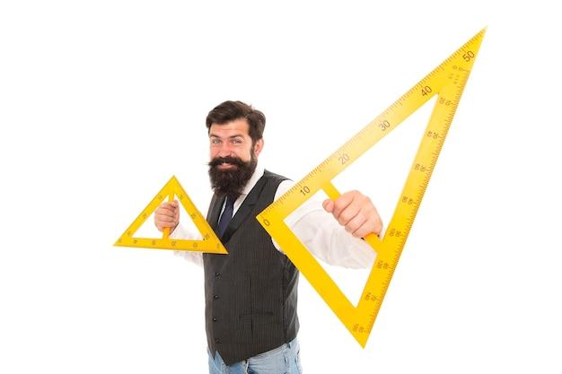 Was ist dreieck. bärtiger mann hält dreiecke isoliert auf weiss. schullehrer lächeln mit geometrischen dreiecken. geometrieunterricht. mathe lernen. dreiecke mit drei seiten und drei winkeln.