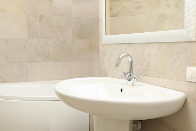 Waschbecken im modernen, komfortablen badezimmer in hellbeiger farbe