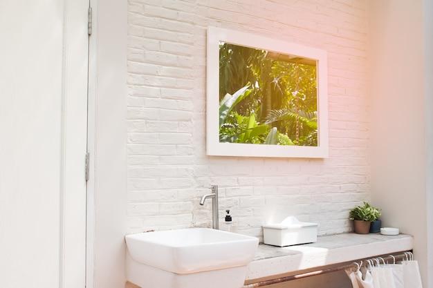 Waschbecken mit weinleseart und weißem farbzähler, innen- und designhauskonzept