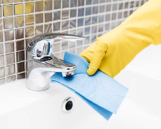 Waschbecken wasserhahn wird gereinigt