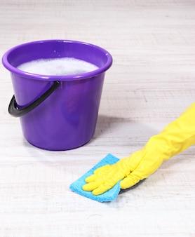 Waschen des bodens und reinigen des gesamten bodens