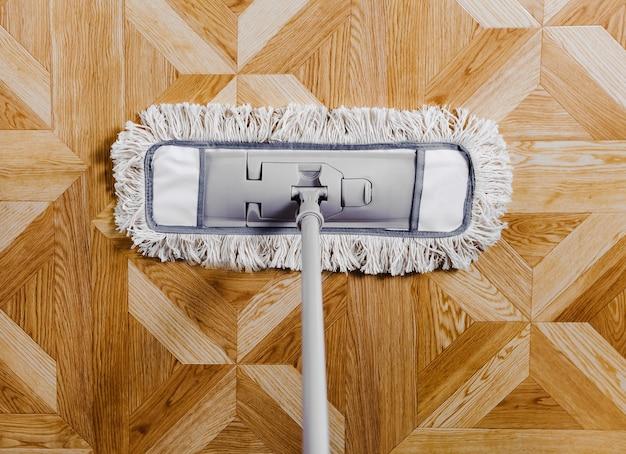 Waschen sie den bodenwischer. konzept der reinigung