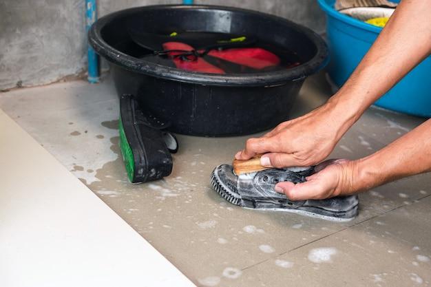 Waschen sie die turnschuhe mit einer waschbürste und waschpulver