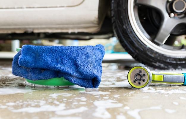 Waschen sie ein autostoff und blasen, um das auto zu reinigen