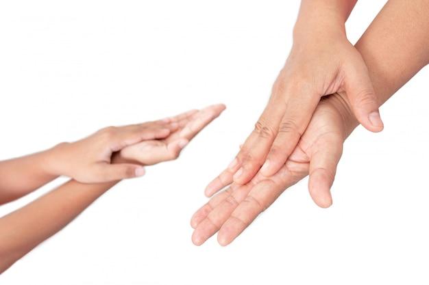 Waschen sie ihre hand mit alkohol-desinfektionsgel zum schutz der infektion vor einem covid-19-virus. töten sie keime ab und verhindern sie infektionen.