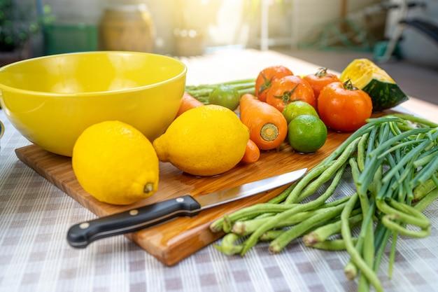 Waschen von obst und rohem gemüse.