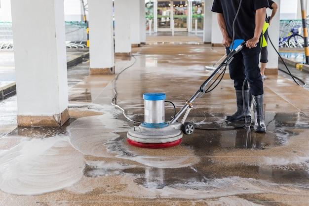 Waschender außengehweg der asiatischen arbeitskraftreinigungssandwäsche