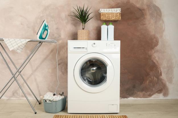 Waschküche mit waschmaschine gegen braune wand