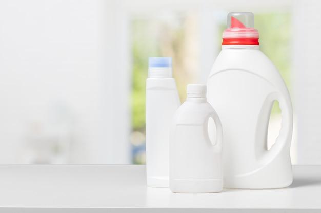 Waschmittel auf weißem schreibtisch