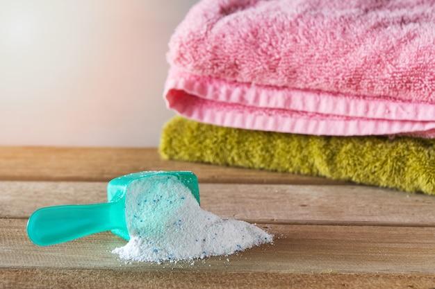 Waschmittel oder waschpulver im messlöffel