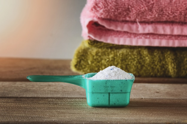 Waschmittel oder waschpulver im messlöffel.